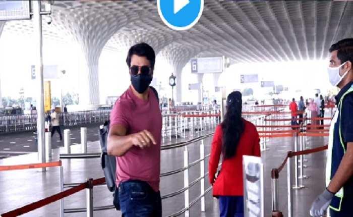 एयरपोर्ट पर चलते समय आदमी सोनू सूद से मदद मांगता है यह ?,सोशल मिडिया पर हो रहा है वायरल