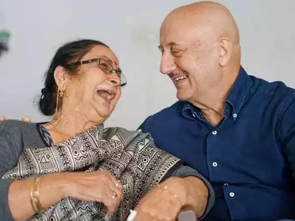 अनुपम खेर की मां ने अपने बेटे के मुंबई में 40 साल पूरे करने पर प्रतिक्रिया दी