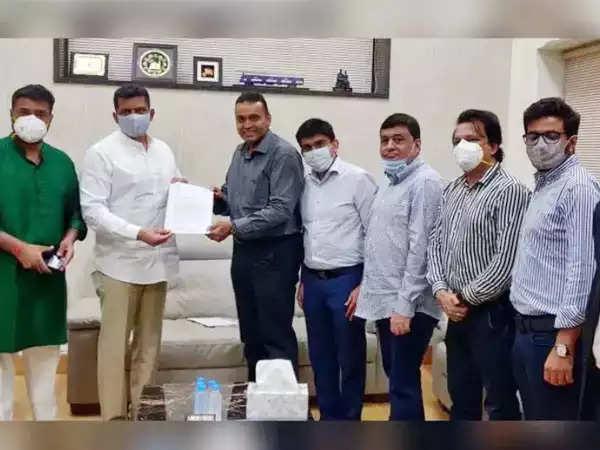 महाराष्ट्रीयन अभिभावक मंत्री से मुलाकात के बाद कर राहत की उम्मीद